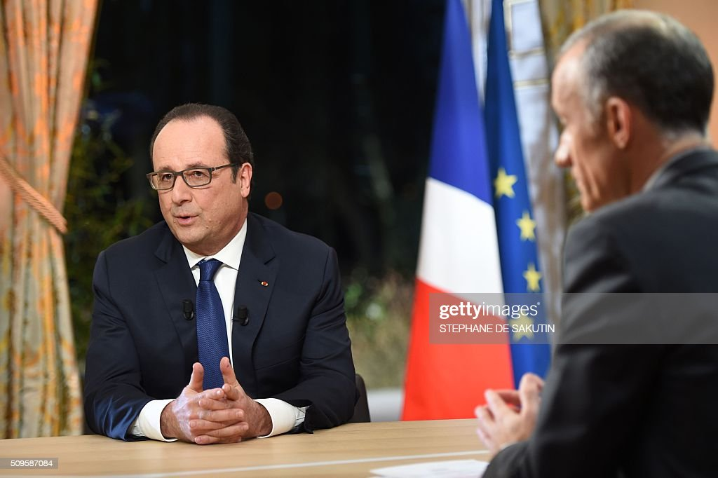 French President Francois Hollande (L) prepares to speak with journalist Gilles Bouleau (R) as part of an interview during the French evening news on French private channel TF1 and public channel France 2 on February 11, 2016 at the Elysee palace in Paris. AFP PHOTO / POOL / STEPHANE DE SAKUTIN / AFP / STEPHANE DE SAKUTIN