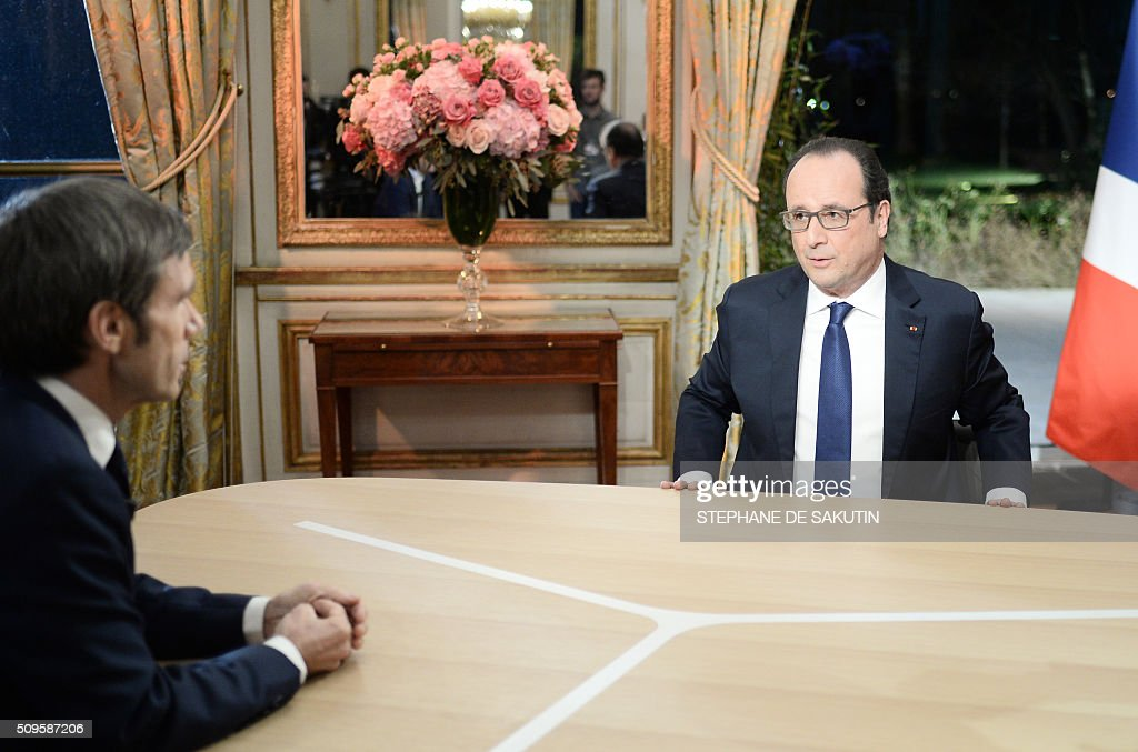 French President Francois Hollande (R) prepares to speak with journalist David Pujadas as part of an interview during the French evening news on French private channel TF1 and public channel France 2 on February 11, 2016 at the Elysee palace in Paris. AFP PHOTO / POOL / STEPHANE DE SAKUTIN / AFP / POOL / STEPHANE DE SAKUTIN
