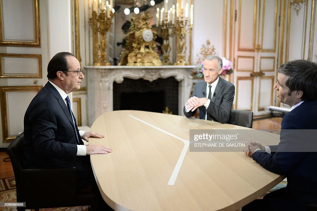 French President Francois Hollande (L) prepares to speak with journalists Gilles Bouleau (C) and David Pujadas as part of an interview during the French evening news on French private channel TF1 and public channel France 2 on February 11, 2016 at the Elysee palace in Paris. AFP PHOTO / POOL / STEPHANE DE SAKUTIN / AFP / STEPHANE DE SAKUTIN