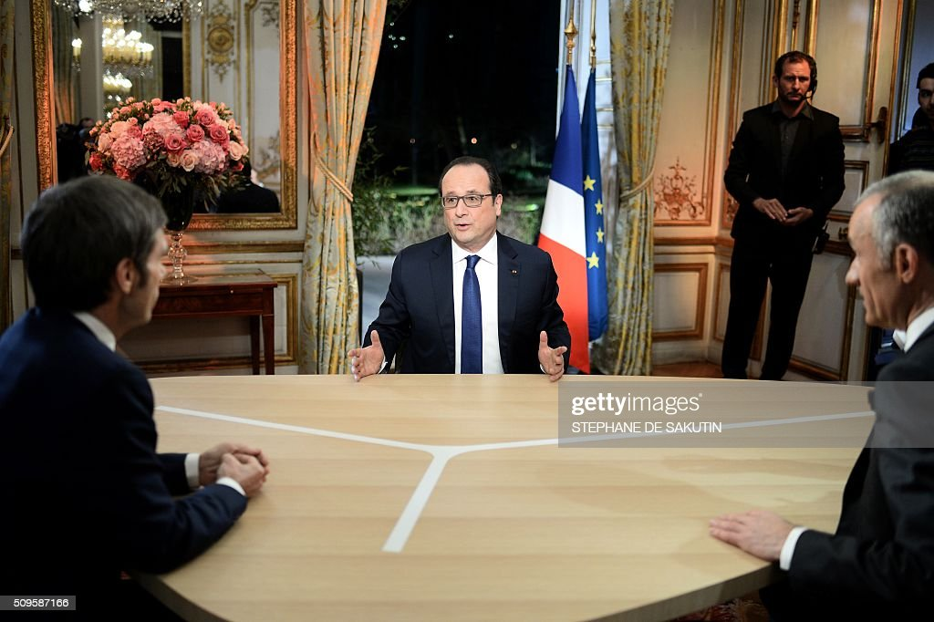 French President Francois Hollande (C) prepares to speak with journalists Gilles Bouleau (R) and David Pujadas as part of an interview during the French evening news on French private channel TF1 and public channel France 2 on February 11, 2016 at the Elysee palace in Paris. AFP PHOTO / POOL / STEPHANE DE SAKUTIN / AFP / STEPHANE DE SAKUTIN