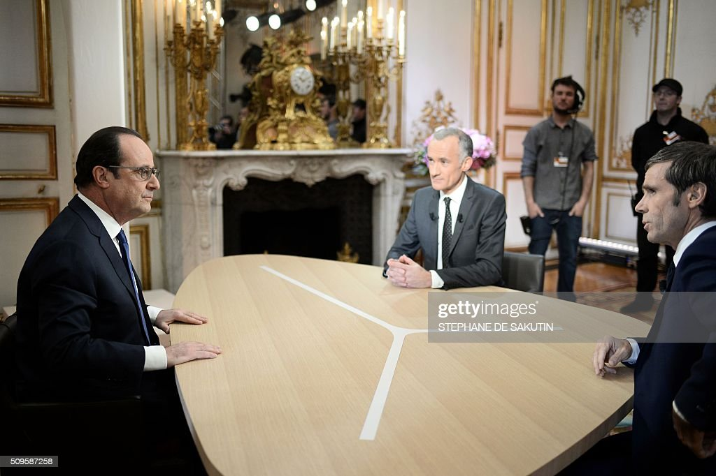 French President Francois Hollande (L) prepares to speak with journalists Gilles Bouleau (C) and David Pujadas as part of an interview during the French evening news on French private channel TF1 and public channel France 2 on February 11, 2016 at the Elysee palace in Paris. AFP PHOTO / POOL / STEPHANE DE SAKUTIN / AFP / POOL / STEPHANE DE SAKUTIN