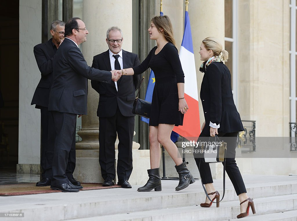 French President Francois Hollande (2ndL) shakes hands on June 26, 2013 with French actress Adele Exarchopoulos (2ndR) as she arrives with fellow actress Lea Seydoux (R), French-Tunisian director Abdellatif Kechiche (L) and the general delegate of the Cannes Film Festival Thierry Fremaux (C) for a lunch at the Elysee Presidential palace in Paris. AFP PHOTO / ERIC FEFERBERG