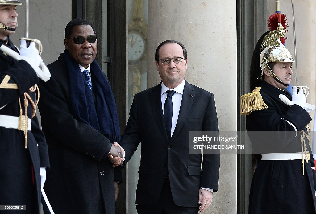 French President Francois Hollande shakes hands with Benin's President Thomas Boni Yayi upon his arrival at the Elysee Presidential Palace in Paris on February 8, 2016. / AFP / STEPHANE DE SAKUTIN