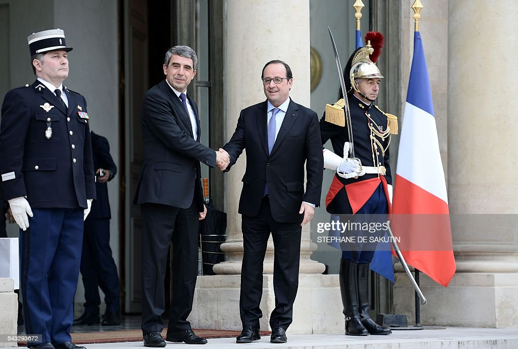 French President Francois Hollande (R) shakes hands with Bulgarian President Rosen Plevneliev after their meeting on June 27, 2016 at the Elysee Presidential Palace in Paris. / AFP / STEPHANE