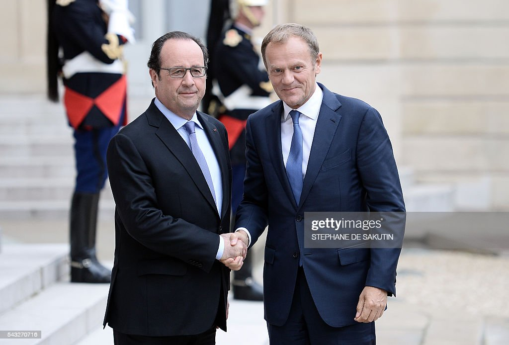 French President Francois Hollande shakes hands with European Union Council President Donald Tusk upon his arrival on June 27, 2016 at the Elysee Presidential Palace in Paris. / AFP / STEPHANE