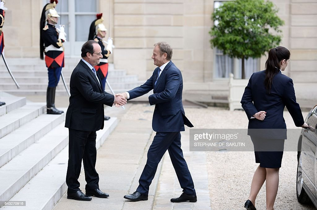 French President Francois Hollande (L) shakes hands with European Union Council President Donald Tusk (R) upon his arrival on June 27, 2016 at the Elysee Presidential Palace in Paris. / AFP / STEPHANE