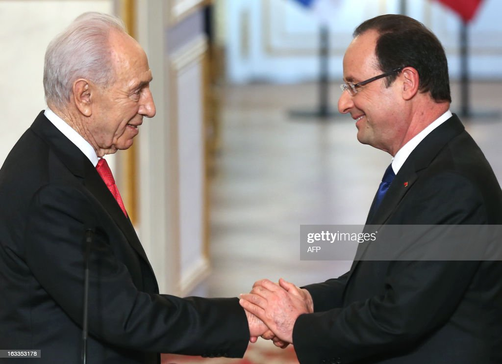 French President Francois Hollande (R) shakes hands with his Israeli counterpart Shimon Peres during a press conference at the Elysee presidential palace on March 8, 2013 in Paris.