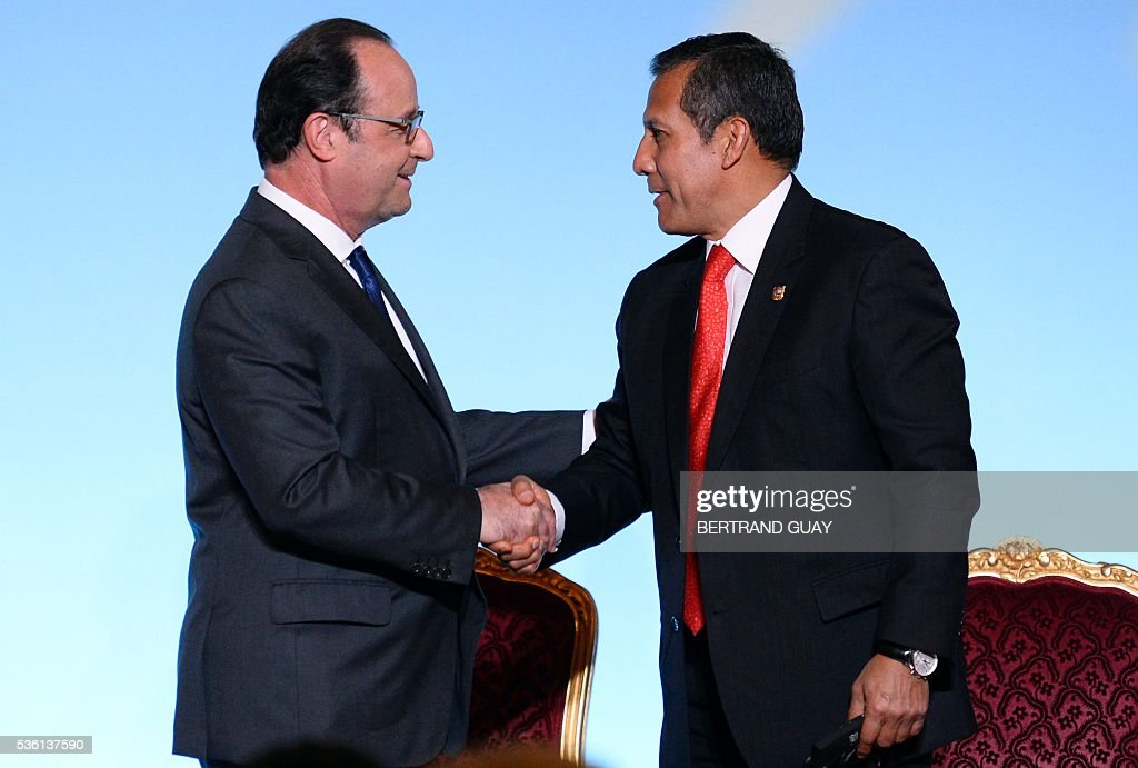French President Francois Hollande (L) shakes hands with his Peruvian counterpart Ollanta Humala during a welcoming ceremony at the Elysee Palace in Paris on May 31, 2016. / AFP / POOL / BERTRAND