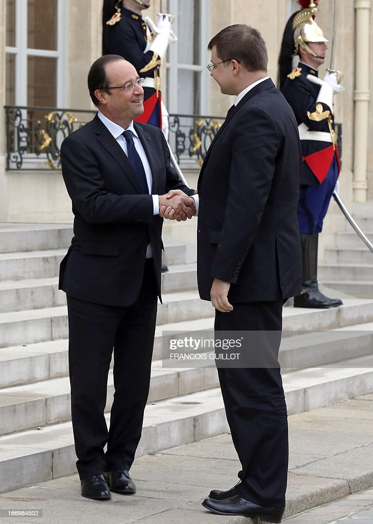 French President Francois Hollande (L) shakes hands with Latvia's Prime Minister Valdis Dombrovskis before a meeting at the Elysee presidential Palace on April 19, 2013 in Paris.