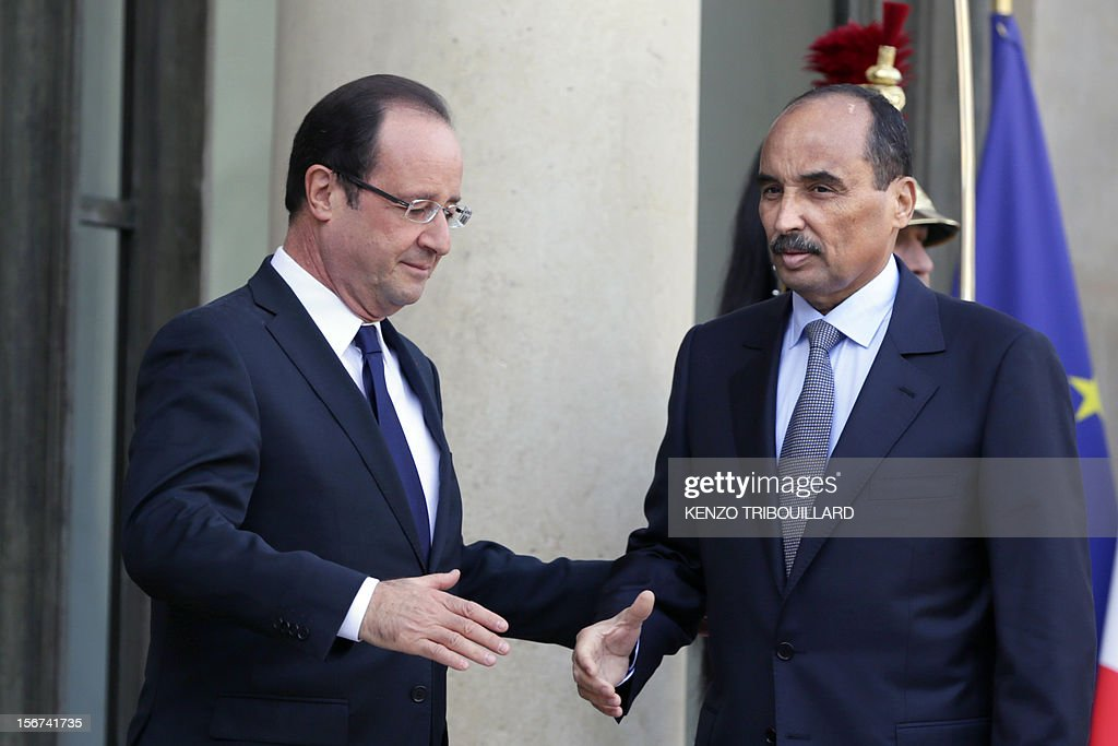 French President Francois Hollande (L) shakes hands with Mauritanian President Mohamed Ould Abdel Aziz after a meeting at the Elysee Palace in Paris, on November 20, 2012. Aziz said he would soon return to Mauritania from France, where he is recovering after being shot by a soldier in his country on October 13. AFP PHOTO / KENZO TRIBOUILLARD