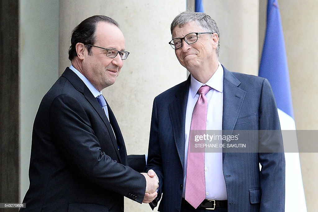 French President Francois Hollande (L) shakes hands with Microsoft co-founder and philanthropist Bill Gates following their meeting on June 27, 2016 at the Elysee Presidential Palace in Paris. / AFP / STEPHANE