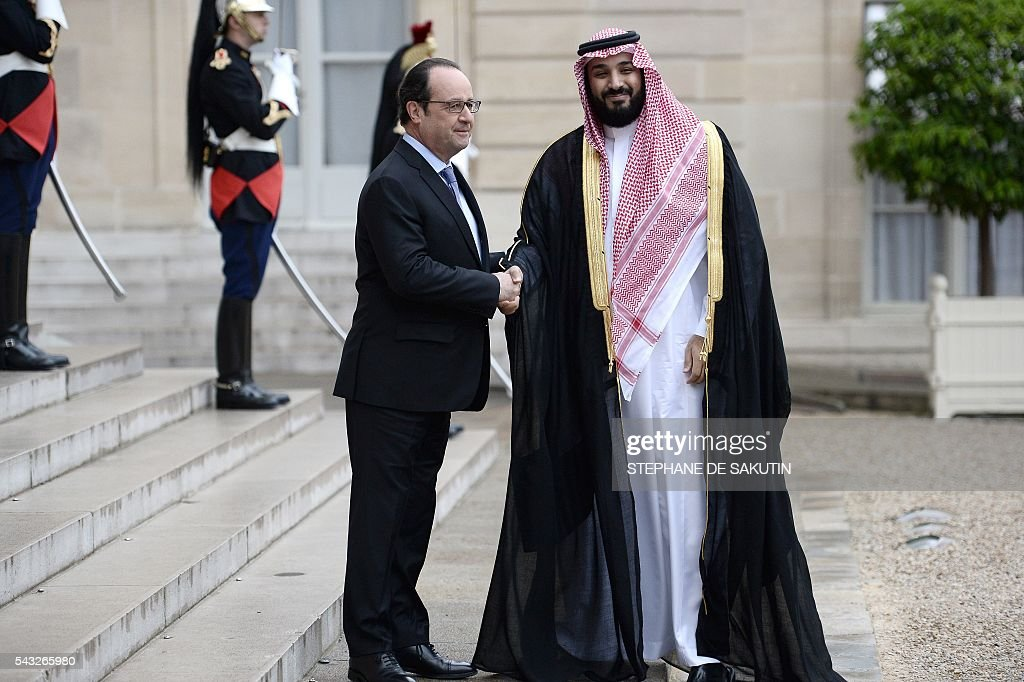 French President Francois Hollande (L) shakes hands with Saudi Defence Minister and Deputy Crown Prince Mohammed bin Salman upon his arrival on June 27, 2016 at the Elysee Presidential Palace in Paris. / AFP / STEPHANE
