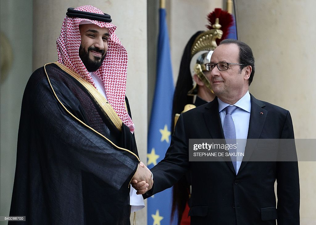 French President Francois Hollande (R) shakes hands with Saudi Defence Minister and Deputy Crown Prince Mohammed bin Salman (L) upon his arrival on June 27, 2016 at the Elysee Presidential Palace in Paris. / AFP / STEPHANE