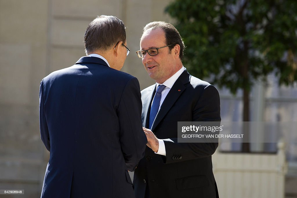 French President Francois Hollande (R) shakes hands with the UN Secretary-General following a meeting on June 25, 2016 at the Elysee Palace in Paris. / AFP / GEOFFROY