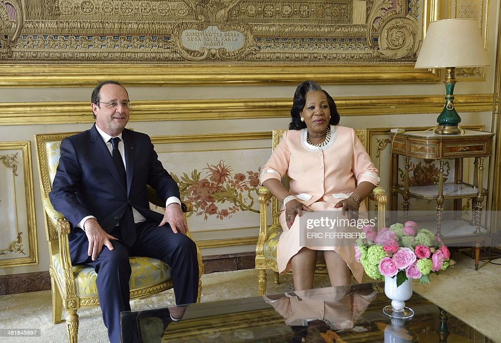 French President Francois Hollande (L) speaks with Central African Republic President Catherine Samba-Panza on April 1, 2014, during a working meeting at the Elysee presidential palace in Paris. The UN's refugee agency said today it was prepared to help evacuate some 19,000 Muslims at risk of attack from mainly Christian militias in the conflict-torn Central African Republic. AFP PHOTO / POOL / ERIC FEFERBERG