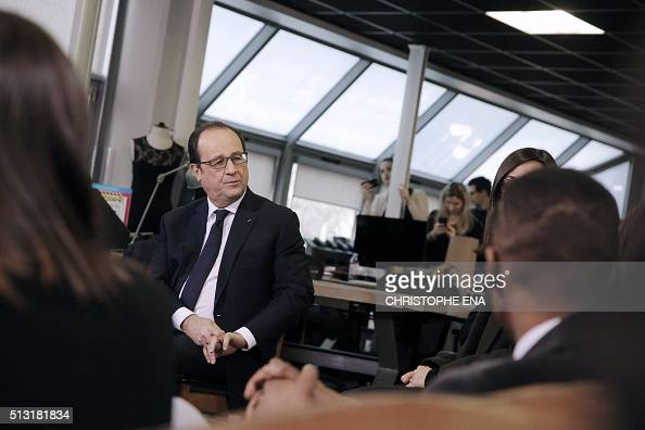 french president francois hollande speaks with employees of showroomprive a french company of. Black Bedroom Furniture Sets. Home Design Ideas