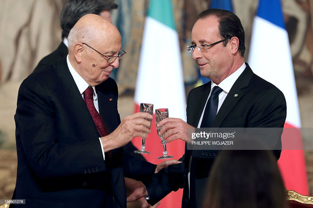 French President Francois Hollande (R) toasts with Italian President Giorgio Napolitano during a state dinner at the Elysee Palace in Paris, on November 21, 2012.