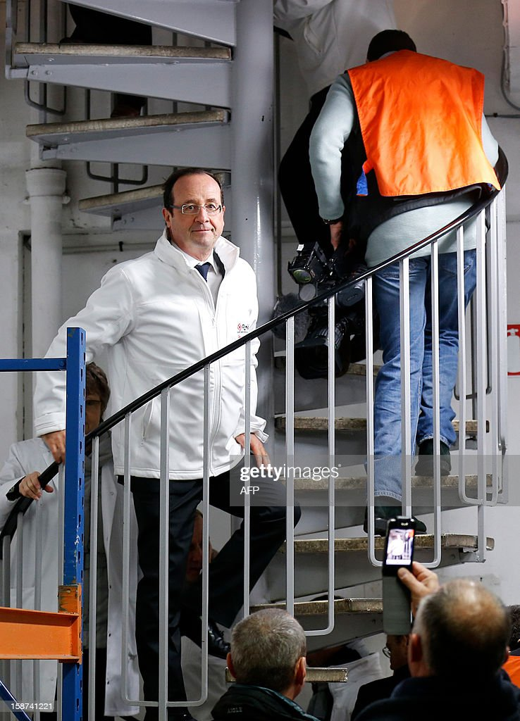 French President Francois Hollande (C) visits the Rungis wholesale market in Rungis, near Paris on December 27, 2012.