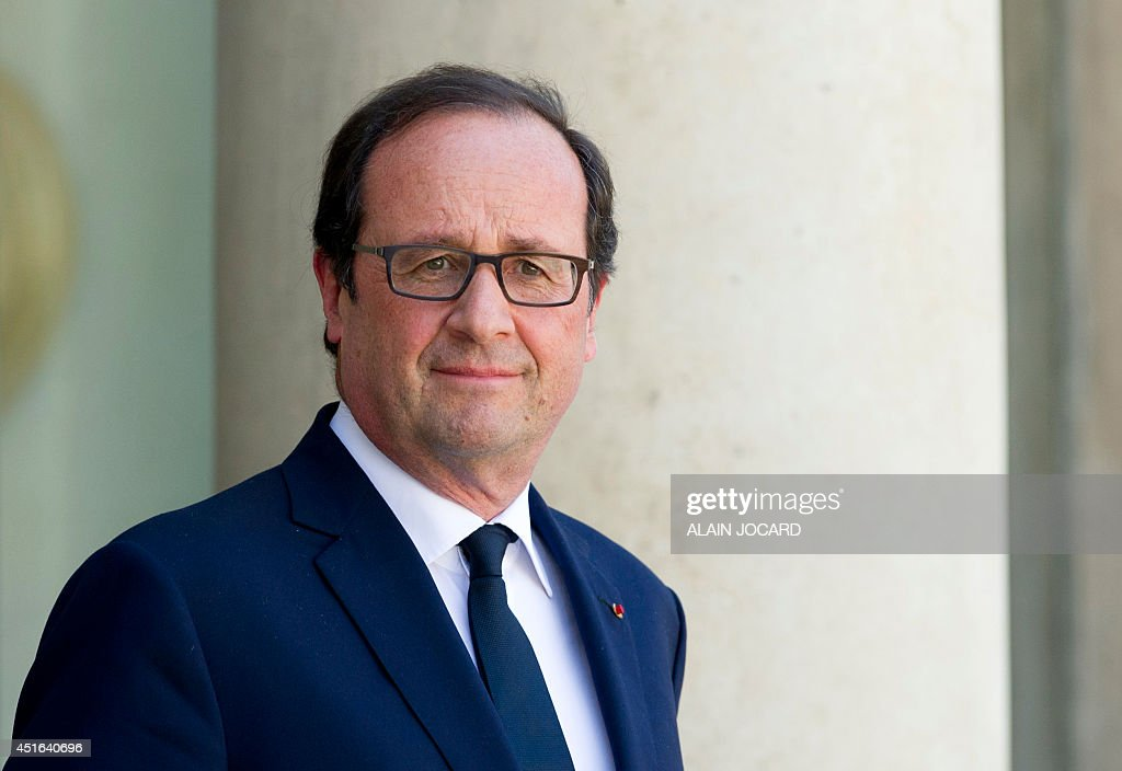 French president Francois Hollande waits for a guest at the Elysee presidential palace on July 3, 2014 in Paris. AFP PHOTO / ALAIN JOCARD