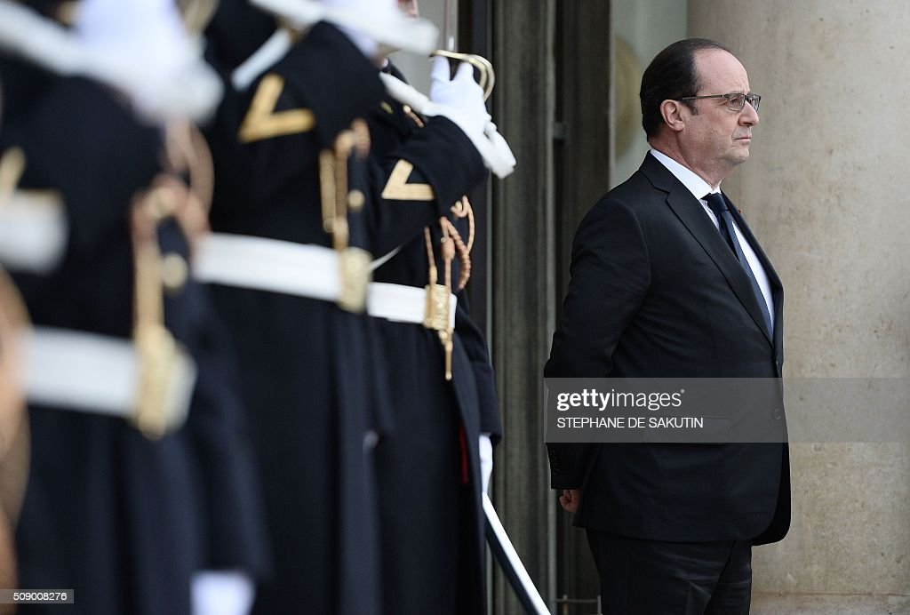 French President Francois Hollande waits for the arrival of Benin's president at the Elysee Presidential Palace in Paris on February 8, 2016. / AFP / STEPHANE DE SAKUTIN