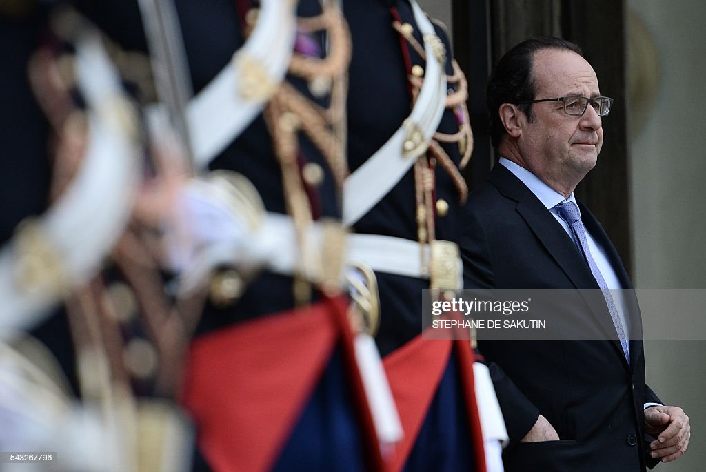 French President Francois Hollande waits for the arrival of Saudi Defence Minister and Deputy Crown Prince Mohammed bin Salman on June 27, 2016 at the Elysee Presidential Palace in Paris. / AFP / STEPHANE