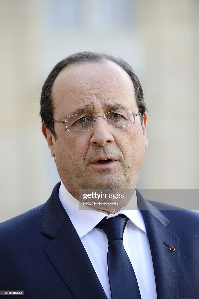French President Francois Hollande waits for the Central African Republic President on April 1, 2014, before a working meeting at the Elysee presidential palace in Paris. The UN's refugee agency said today it was prepared to help evacuate some 19,000 Muslims at risk of attack from mainly Christian militias in the conflict-torn Central African Republic. AFP PHOTO / ERIC FEFERBERG