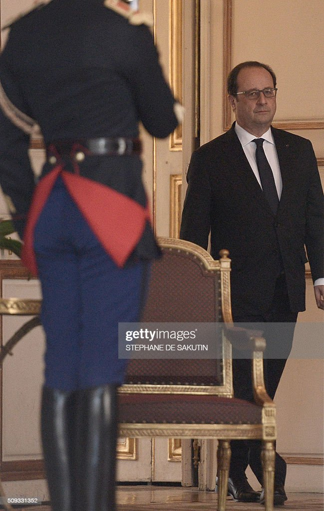 French President Francois Hollande walks through the entrance hall of the Elysee palace following the weekly cabinet meeting on February 10, 2016. AFP PHOTO / STEPHANE DE SAKUTIN / AFP / STEPHANE DE SAKUTIN
