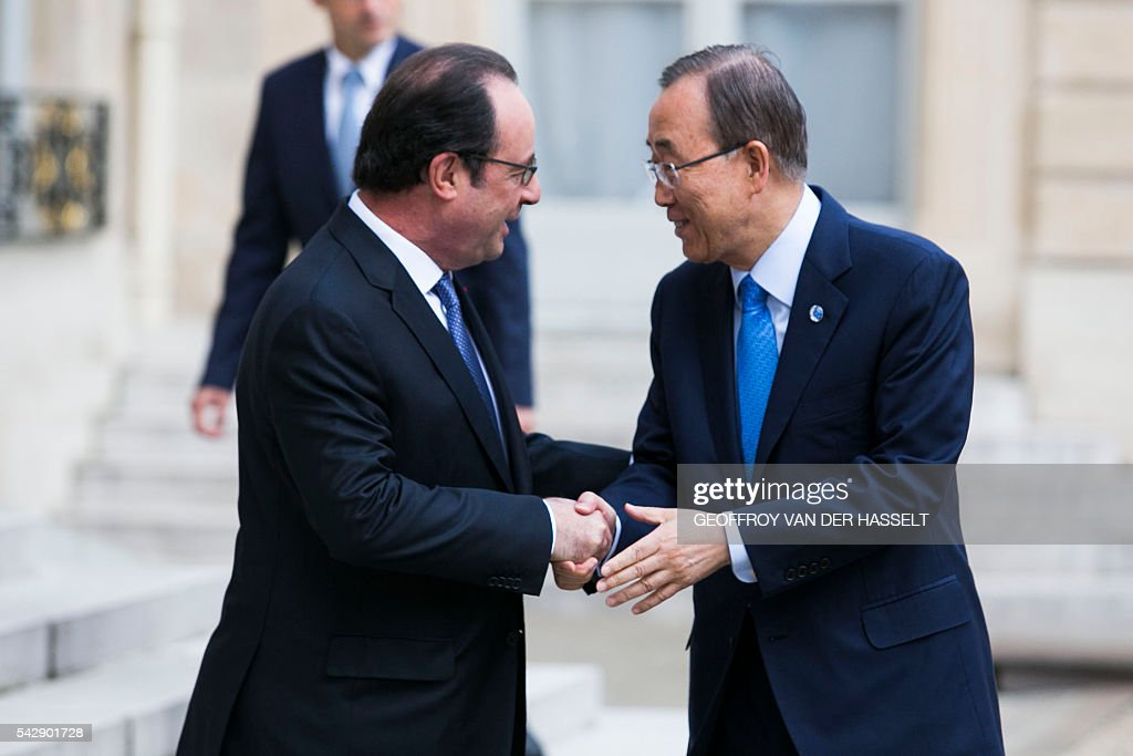 French President Francois Hollande welcomes and shakes hand with United Nations (UN) Secretary General Ban Ki-moon at the Elysee Palace in Paris on June 25, 2016 ahead of their meeting. / AFP / GEOFFROY