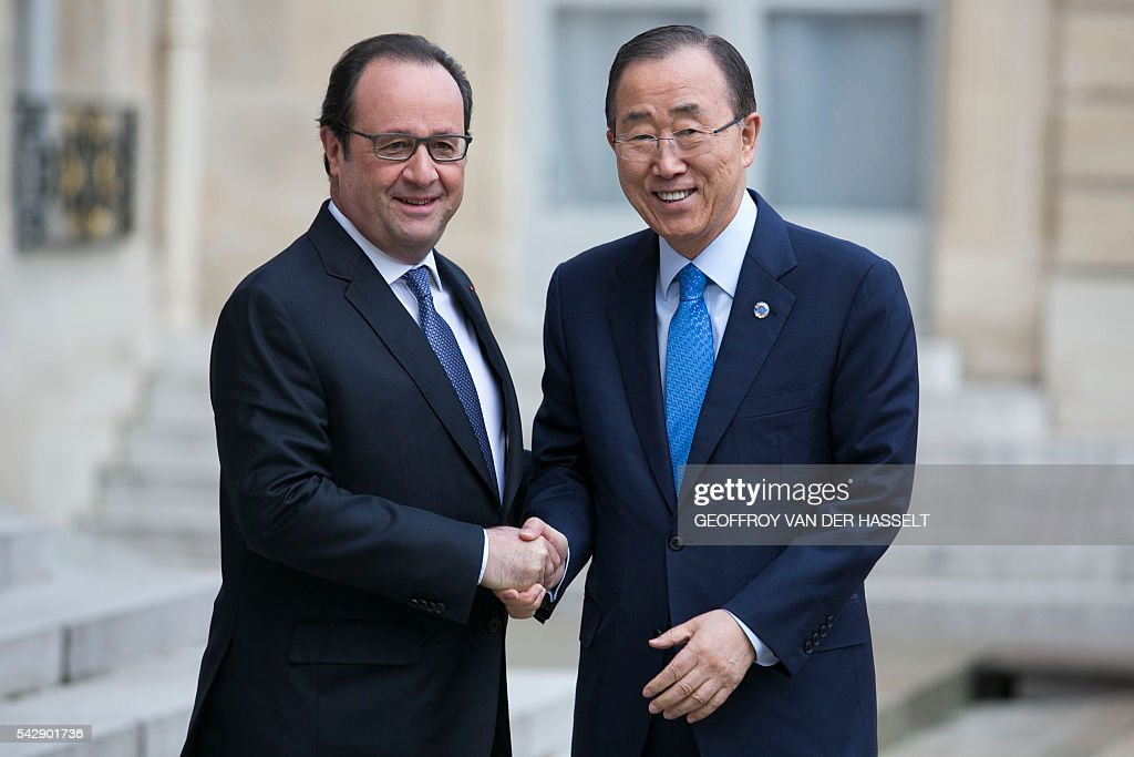 French President Francois Hollande (L) welcomes and shakes hand with United Nations (UN) Secretary General Ban Ki-moon at the Elysee Palace in Paris on June 25, 2016 ahead of their meeting. / AFP / GEOFFROY