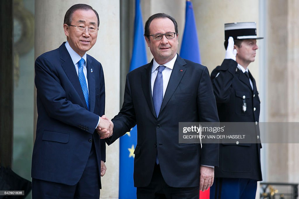 French President Francois Hollande (R) welcomes and shakes hand with United Nations (UN) Secretary General Ban Ki-moon at the Elysee Palace in Paris on June 25, 2016 ahead of their meeting. / AFP / GEOFFROY