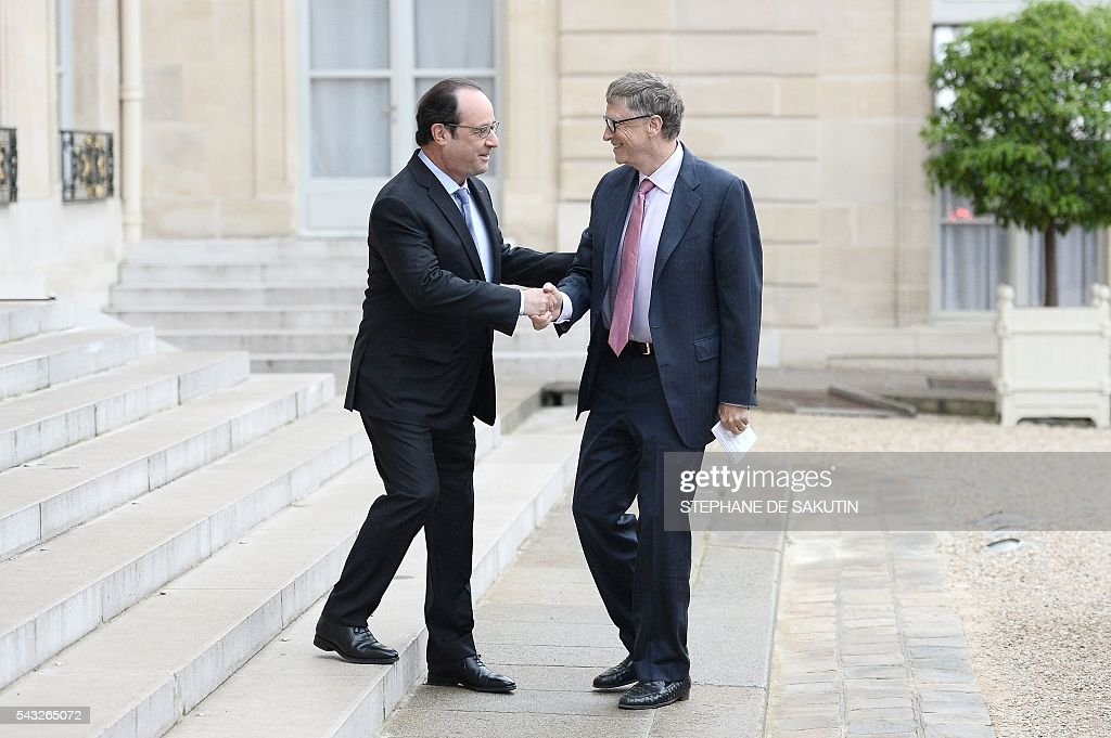 French President Francois Hollande welcomes and shakes hands with Microsoft co-founder and philanthropist Bill Gates upon his arrival on June 27, 2016 at the Elysee Presidential Palace in Paris. / AFP / STEPHANE