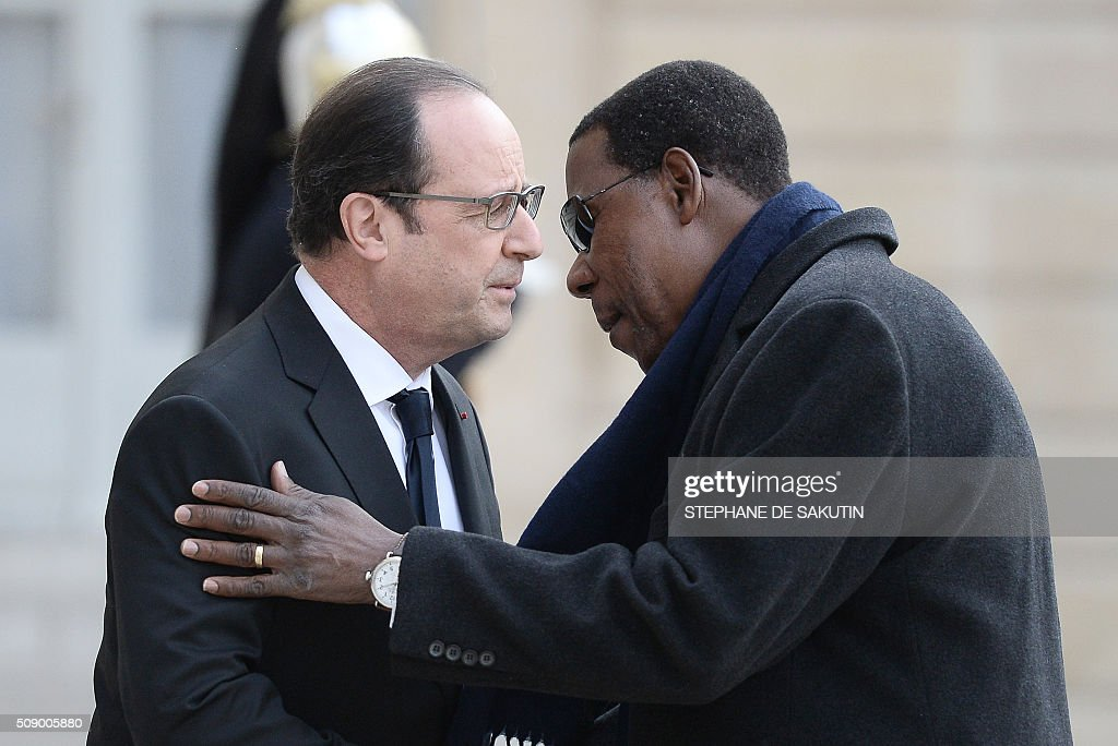 French President Francois Hollande welcomes Benin's President Thomas Boni Yayi upon his arrival at the Elysee Presidential Palace in Paris on February 8, 2016. / AFP / STEPHANE DE SAKUTIN