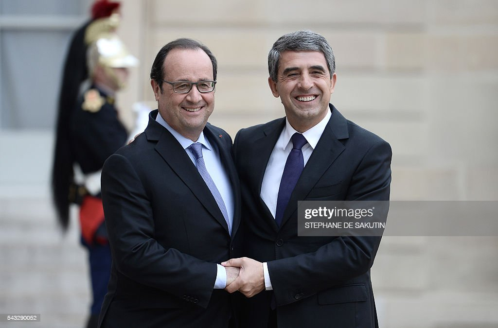 French President Francois Hollande (L) welcomes Bulgarian President Rossen Plevneliev upon his arrival on June 27, 2016 at the Elysee Presidential Palace in Paris. / AFP / STEPHANE