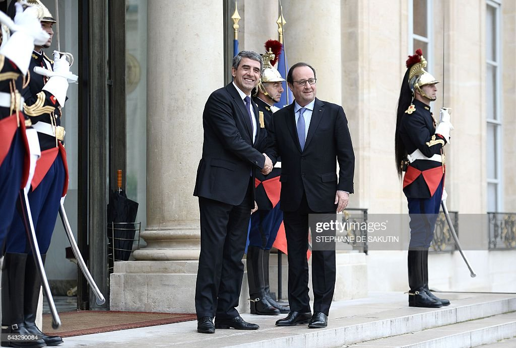 French President Francois Hollande (R) welcomes Bulgarian President Rosen Plevneliev upon his arrival on June 27, 2016 at the Elysee Presidential Palace in Paris. / AFP / STEPHANE