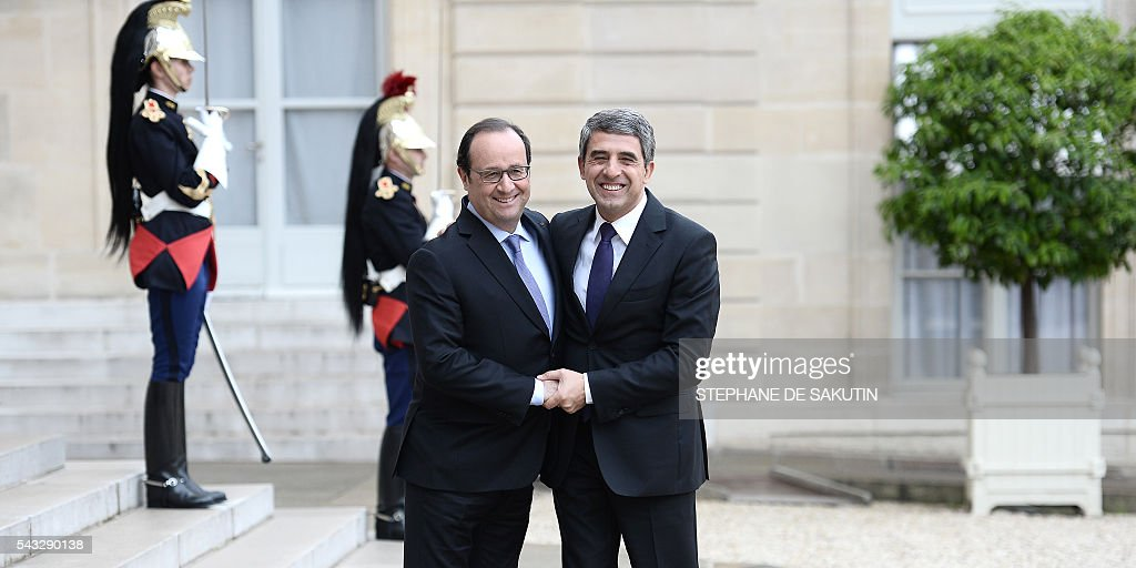 French President Francois Hollande (L) welcomes Bulgarian President Rosen Plevneliev upon his arrival on June 27, 2016 at the Elysee Presidential Palace in Paris. / AFP / STEPHANE