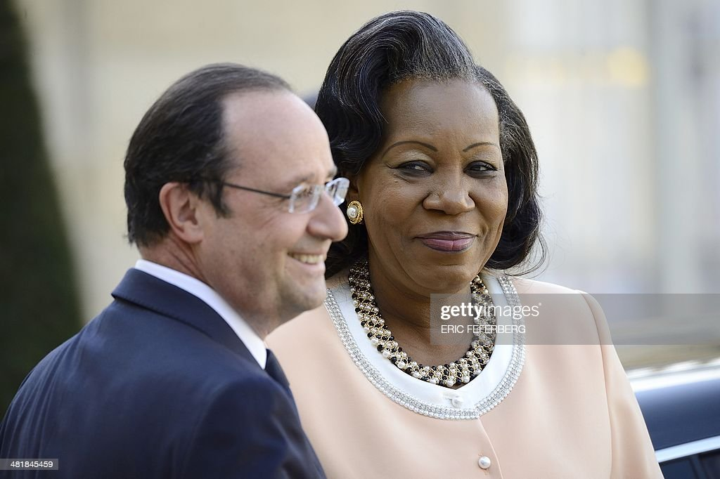 French President Francois Hollande (L) welcomes Central African Republic President Catherine Samba-Panza on April 1, 2014, for a working meeting at the Elysee presidential palace in Paris. The UN's refugee agency said today it was prepared to help evacuate some 19,000 Muslims at risk of attack from mainly Christian militias in the conflict-torn Central African Republic. AFP PHOTO / ERIC FEFERBERG