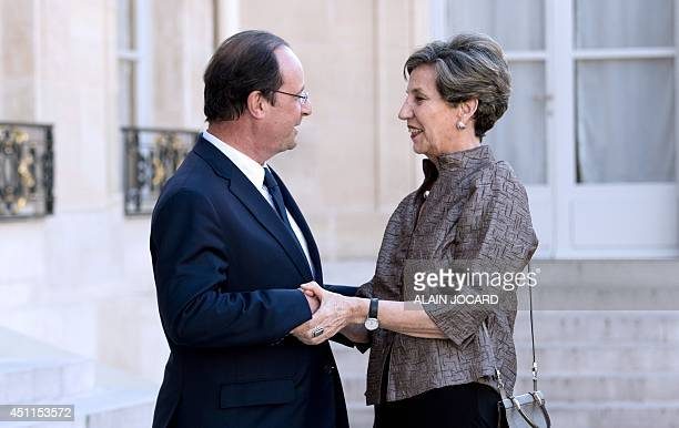 French president Francois Hollande welcomes Chilean senate president Isabel Allende up on her arrival for a meeting with French president at the...