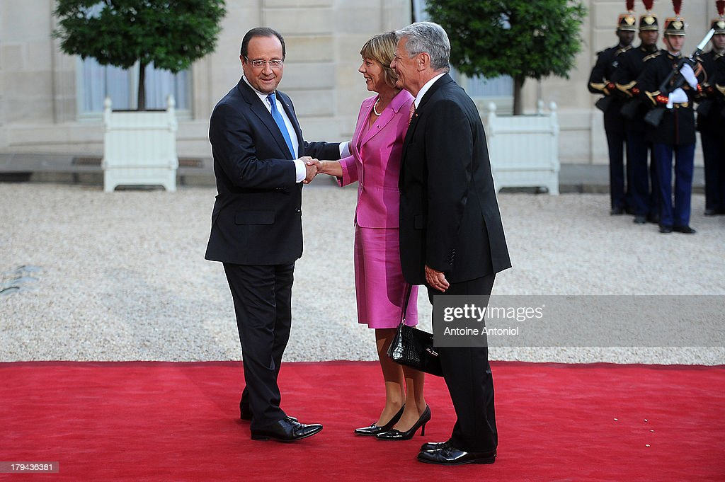 French President Francois Hollande welcomes German President's companion <a gi-track='captionPersonalityLinkClicked' href=/galleries/search?phrase=Daniela+Schadt&family=editorial&specificpeople=7055235 ng-click='$event.stopPropagation()'>Daniela Schadt</a> and German President <a gi-track='captionPersonalityLinkClicked' href=/galleries/search?phrase=Joachim+Gauck&family=editorial&specificpeople=2077888 ng-click='$event.stopPropagation()'>Joachim Gauck</a> at the Elysee Palace on September 3, 2013 in Paris, France. The German President is in France for a 3 day state visit.