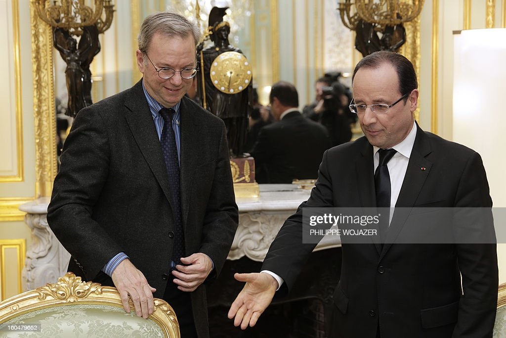 French President Francois Hollande (R) welcomes Google Executive Chairman Eric Schmidt prior to sign an agreement at the Elysee Presidential Palace on February 1, 2013 in Paris. AFP PHOTO / POOL / PHILIPPE WOJAZER