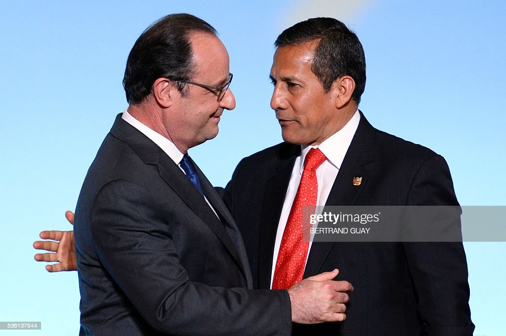 French President Francois Hollande (L) welcomes his Peruvian counterpart Ollanta Humala during a ceremony at the Elysee Palace in Paris on May 31, 2016. / AFP / POOL / BERTRAND