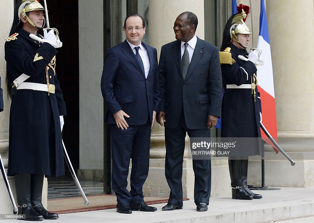 French President Francois Hollande (C) welcomes Ivorian President Alassane Ouattara prior to a meeting at the Elysee Palace in Paris, on April 11, 2013. AFP PHOTO / BERTRAND GUAY