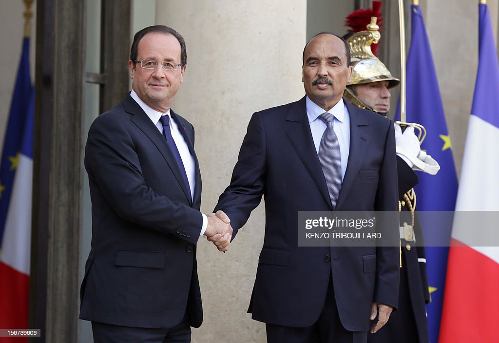 French President Francois Hollande (L) welcomes Mauritanian President Mohamed Ould Abdel Aziz before a meeting at the Elysee Palace in Paris, on November 20, 2012.