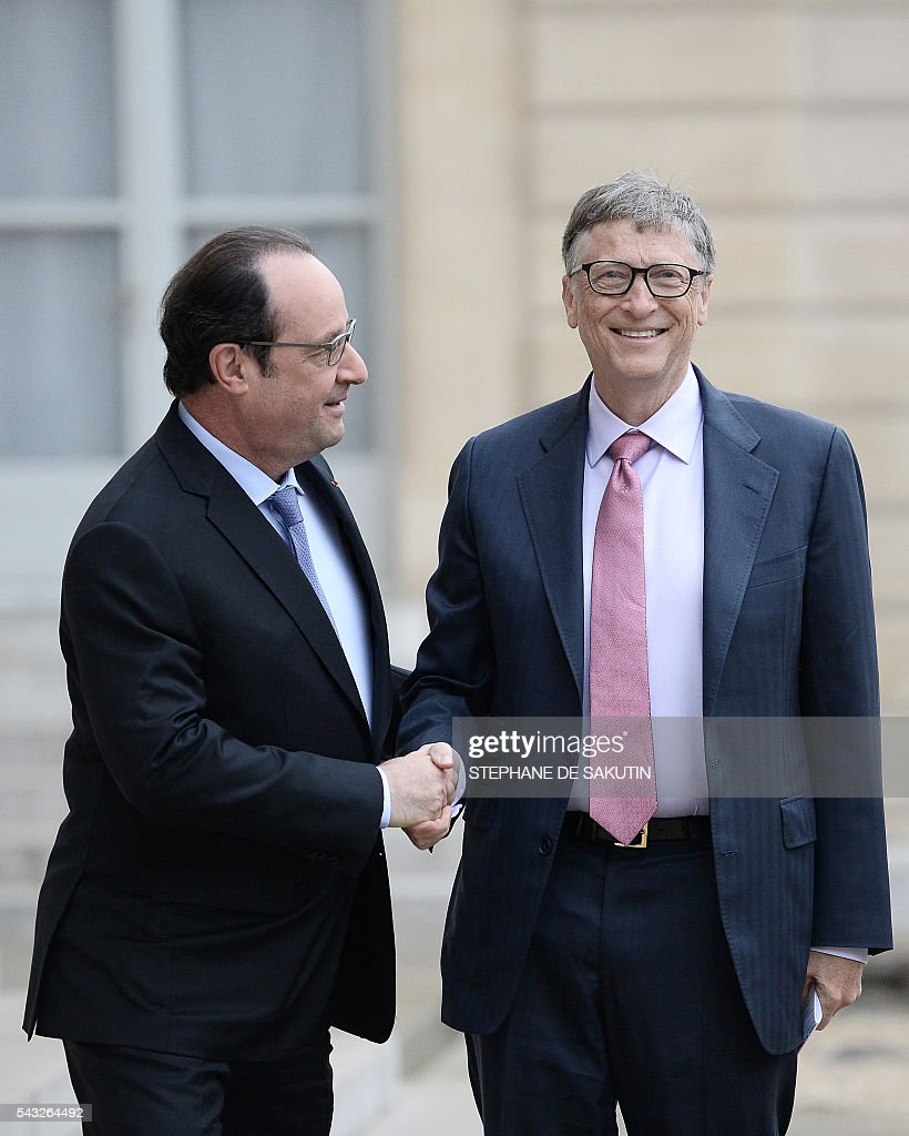 French President Francois Hollande (C) welcomes Microsoft co-founder and philanthropist Bill Gates upon his arrival on June 27, 2016 at the Elysee Presidential Palace in Paris. / AFP / STEPHANE