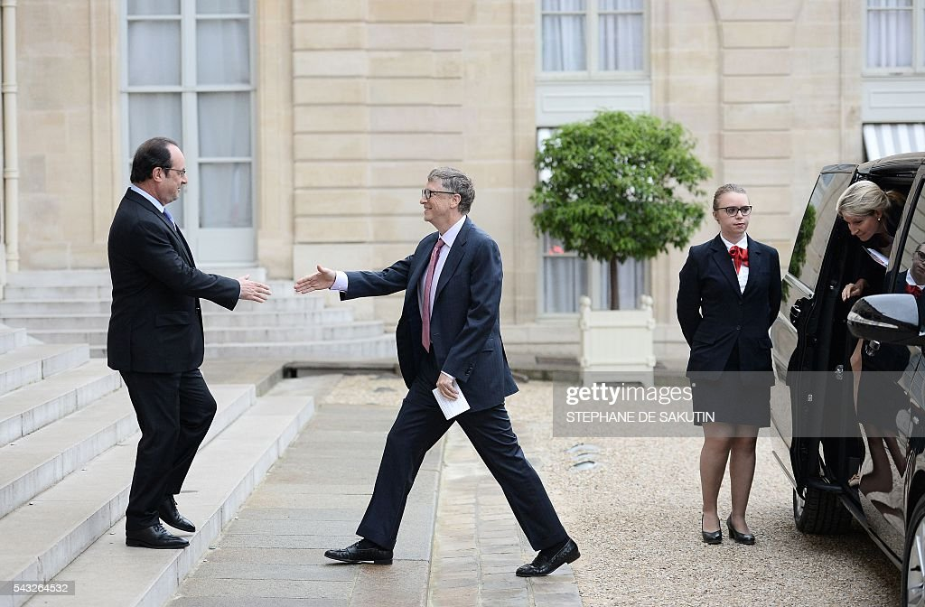 French President Francois Hollande (L) welcomes Microsoft co-founder and philanthropist Bill Gates upon his arrival on June 27, 2016 at the Elysee Presidential Palace in Paris. / AFP / STEPHANE