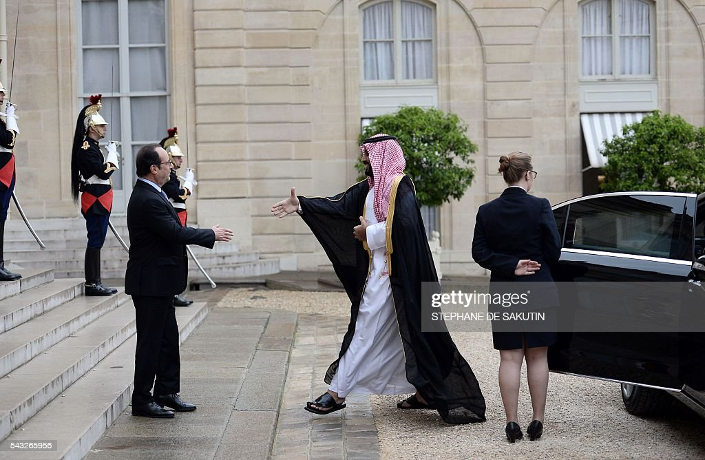 French President Francois Hollande welcomes Saudi Defence Minister and Deputy Crown Prince Mohammed bin Salman upon his arrival on June 27, 2016 at the Elysee Presidential Palace in Paris. / AFP / STEPHANE