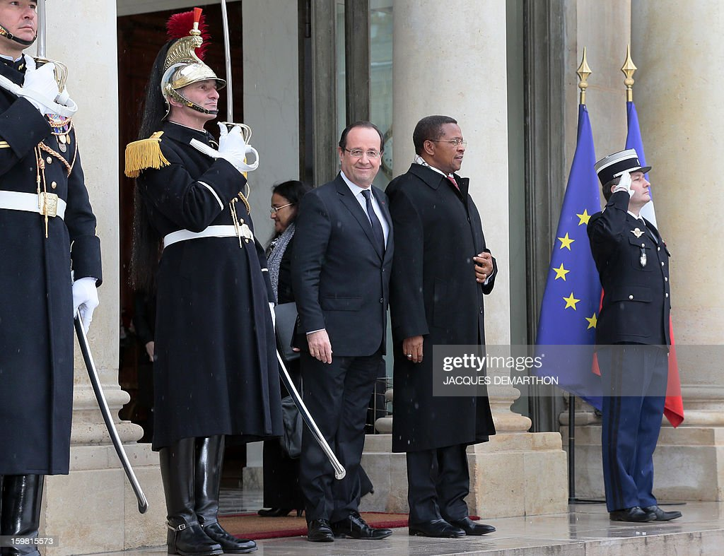 French President Francois Hollande (L) welcomes Tanzanian President Jakaya Kikwete (R) prior a meeting at the presidential Elysee Palace on January 21, 2013 in Paris. AFP PHOTO / JACQUES DEMARTHON