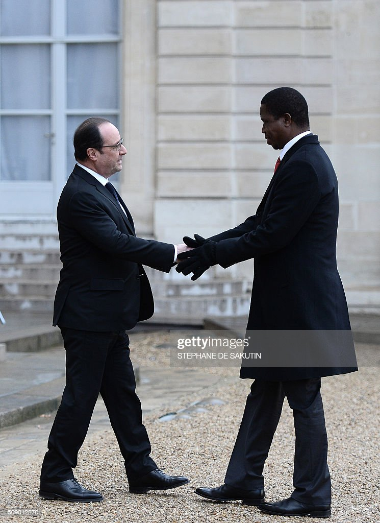 French President Francois Hollande (L) welcomes Zambia's President Edgar Lungu (R) upon his arrival on February 8, 2016 at the Elysee Presidential Palace in Paris. / AFP / STEPHANE DE SAKUTIN