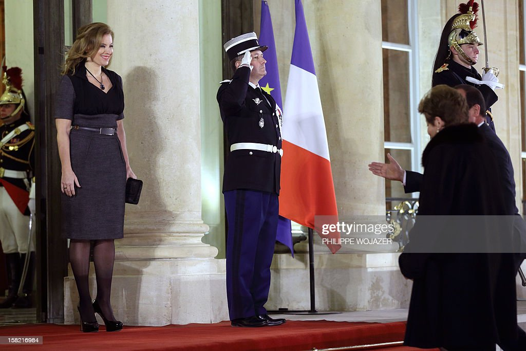 French President Francois Hollande's companion Valerie Trierweiler (L) welcomes Brazil's President Dilma Rousseff (R) for a state dinner at the Elysee Palace in Paris on December 11, 2012. AFP PHOTO / POOL / PHILIPPE WOJAZER