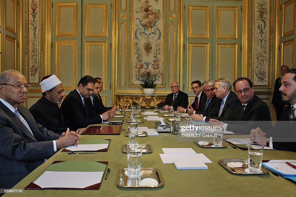 French President François Hollande (R) looks on during a meeting with Egypt's Grand Imam of al-Azhar Mosque, Sheikh Ahmed Mohamed al-Tayeb, on May 24, 2016 at the Elysee Palace in Paris. / AFP / POOL / Thibault Camus
