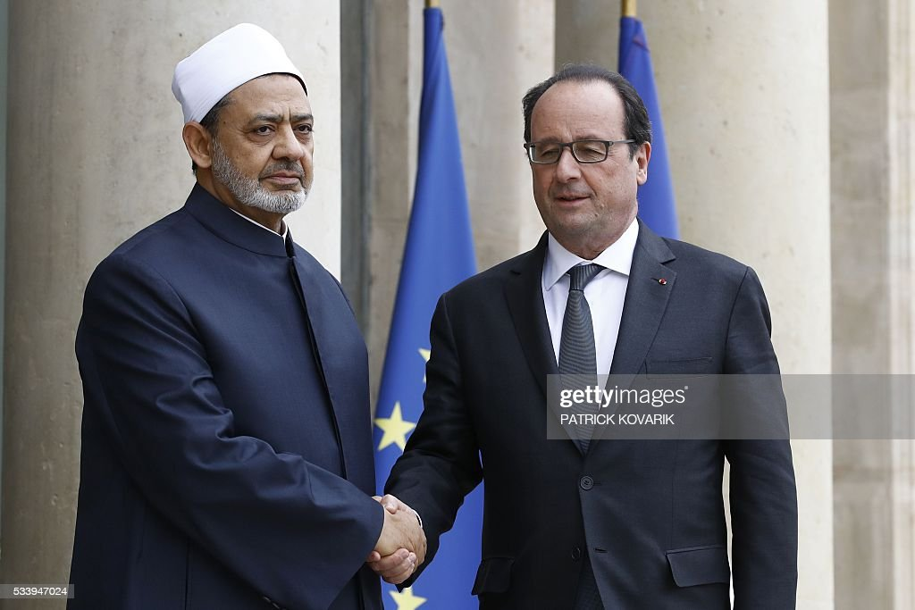 French President François Hollande (L) shakes hands with Egypt's Grand Imam of al-Azhar Mosque, Sheikh Ahmed Mohamed al-Tayeb, on May 24, 2016 at the Elysee Palace in Paris. / AFP / PATRICK